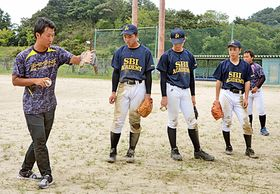 選手に練習内容を丁寧に説明する小野寺翔さん(左端)