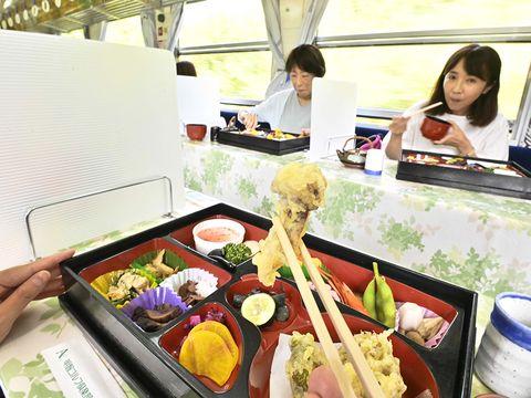 キノコ料理を堪能、明知鉄道が「きのこ列車」運行