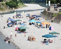 夏場は大勢の行楽客でにぎわう穴吹川。利用者の路上駐車やごみ投棄が目立っている=16日、美馬市穴吹町口山
