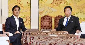 会談に臨む国民民主党の玉木代表(左)と立憲民主党の枝野代表=20日午後、国会