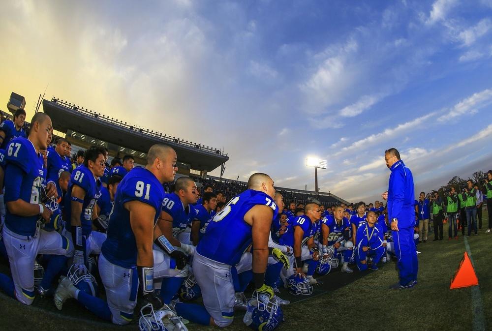 昨年の甲子園ボウル出場を決め選手に話しかける、関学大の鳥内秀晃監督=大阪・万博記念競技場