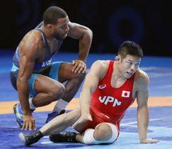 男子フリー74キロ級3位決定戦で米国選手(左)に敗れた奥井真生=ヌルスルタン(共同)