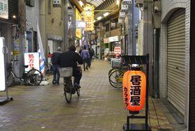 「大阪中華街」の構想エリアに含まれる飛田本通商店街=15日午後、大阪市西成区