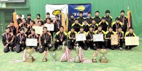 テニス団体で2年ぶり2度目のアベック優勝を果たした相生学院の選手ら(同校提供)