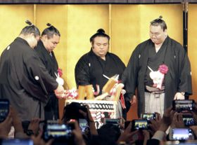 昇進披露宴で横綱白鵬(右端)、鶴竜(右から3人目)らと鏡開きをする大関貴景勝(同2人目)=16日午後、東京都港区