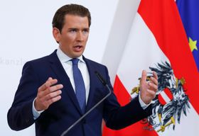18日、オーストリアのウィーンで演説するクルツ首相(ロイター=共同)