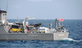 衝突後の海自佐世保基地の掃海艇「たかしま」=7日午後、佐賀県唐津市の加唐島沖(唐津海上保安部提供)
