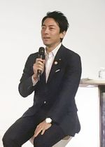 東京都内で講演する小泉環境相=17日午後