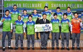 新加入の選手たちと共にチームの成長を誓った曹監督(前列中央)=平塚市で