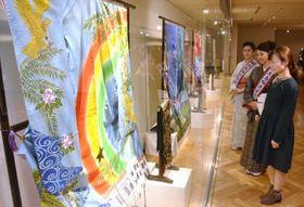 ガーナのカカオや国鳥、国旗の色を配した大島紬などが並ぶ会場=鹿児島市のかごしま県民交流センター