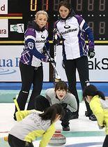 昨年12月の軽井沢国際選手権に出場したカーリング女子英国代表(奥の2人)。2月に軽井沢アイスパークで事前合宿を行う