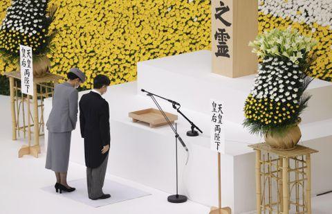 全国戦没者追悼式で黙とうされる天皇、皇后両陛下=15日正午、東京・日本武道館