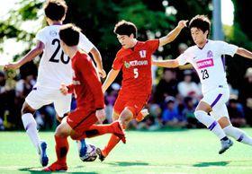 【愛媛FC―広島】前半、シュートを放つ愛媛FC・三原(5)=愛フィールド梅津寺