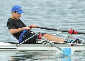 中学男子シングルスカル、自己ベストを更新して優勝したBRC・元村選手=大津市の県立琵琶湖漕艇場で