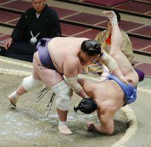 照ノ富士(左)が上手投げで翔猿を下す=両国国技館