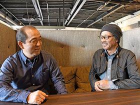 風間八宏監督(左)と談笑する大野聖吾さん。「子どもたちにサッカーをもっと好きになってもらいたい」と力を込める=岐阜市内
