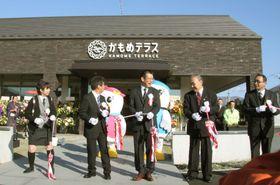 再開した本店前で、テープカットする「さいとう製菓」の斉藤俊満社長(中央)ら=15日午前、岩手県大船渡市