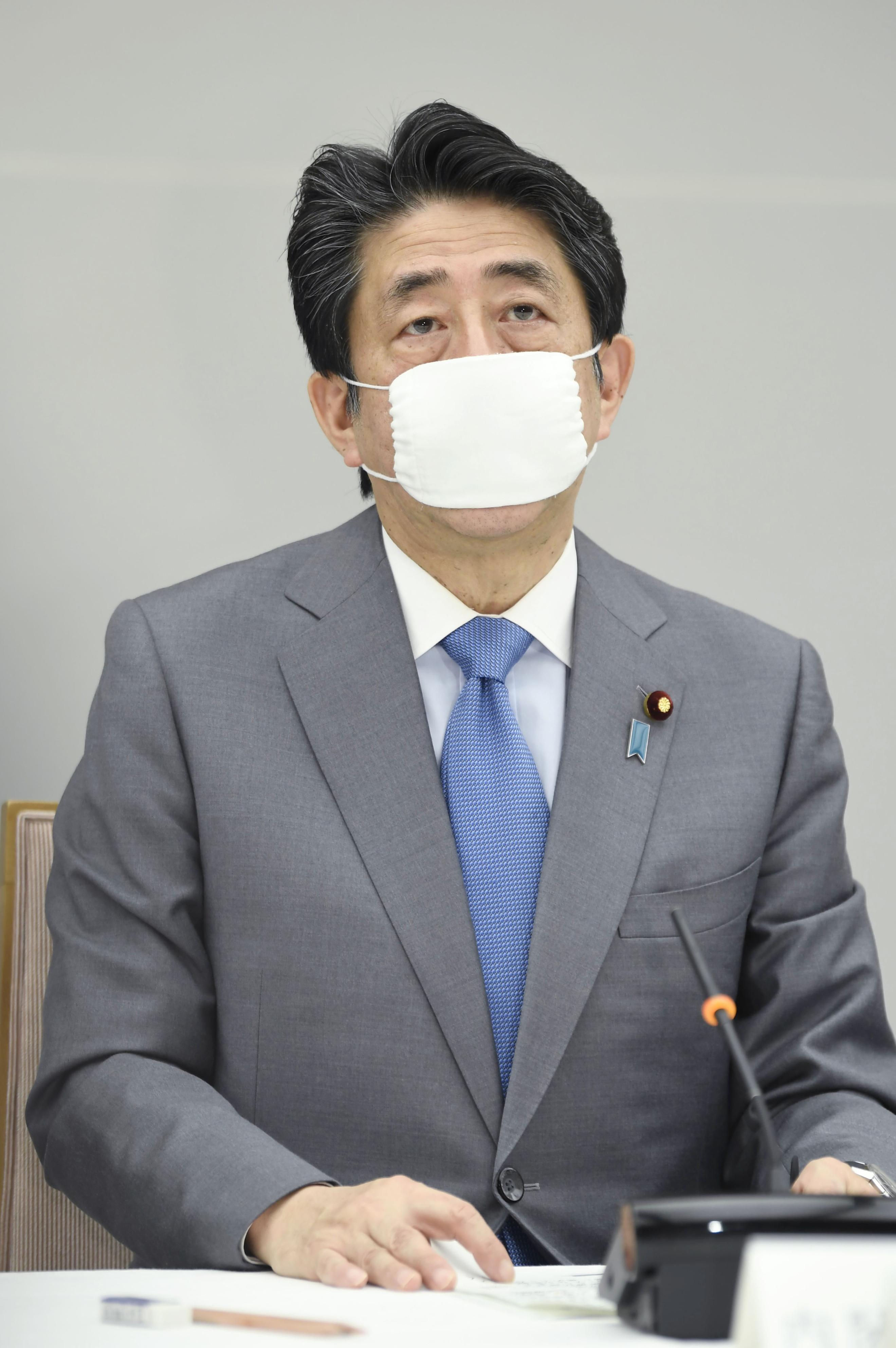 新型コロナウイルス感染症対策本部会合で発言する安倍首相=24日午後、首相官邸