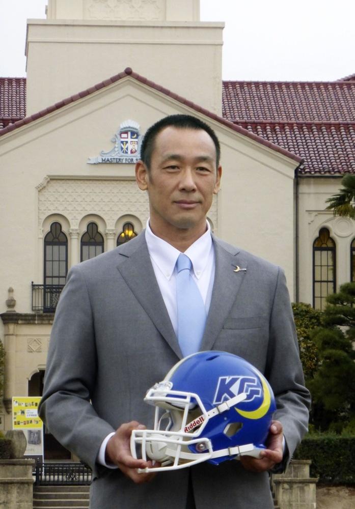 関西学院上ケ原キャンパスの時計台を背景に記念撮影する「ファイターズ」の大村和輝新監督