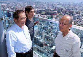 マツダスタジアムを背に、地元優勝への期待を語る中村さん(左)、幾久さん(中)、平野さん