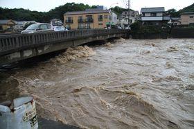 大雨で一時的に氾濫危険水位まで増水した相浦川=6日午後4時22分、佐世保市