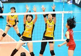第1セット、岡山シーガルズは川島亜依美(左)吉岡美晴の2枚ブロックを破られる=SAGAサンライズパーク総合体育館