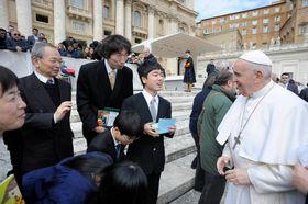 バチカンでローマ法王フランシスコ(右)と対面する鴨下全生さん(中央)=20日((C)Vatican Media提供・共同)
