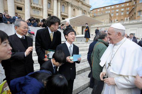 原発避難の少年、法王と対面