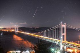 岡山県倉敷市の瀬戸大橋付近で撮影されたふたご座流星群の合成写真=14日未明(三島和久さん提供)