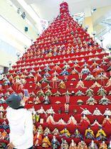 高さ7メートル、31段に1551体のひな人形が並ぶピラミッドひな壇=鴻巣市本町のエルミこうのすショッピングモール