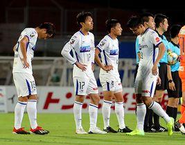 〈岡山―山形〉試合終了後、肩を落とす山形の選手たち=岡山市・シティライトスタジアム