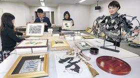 地元作家が寄せた善意の作品=金沢市の北國新聞会館
