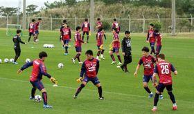 キャンプ初日の練習に励むファジアーノ岡山の選手=沖縄県