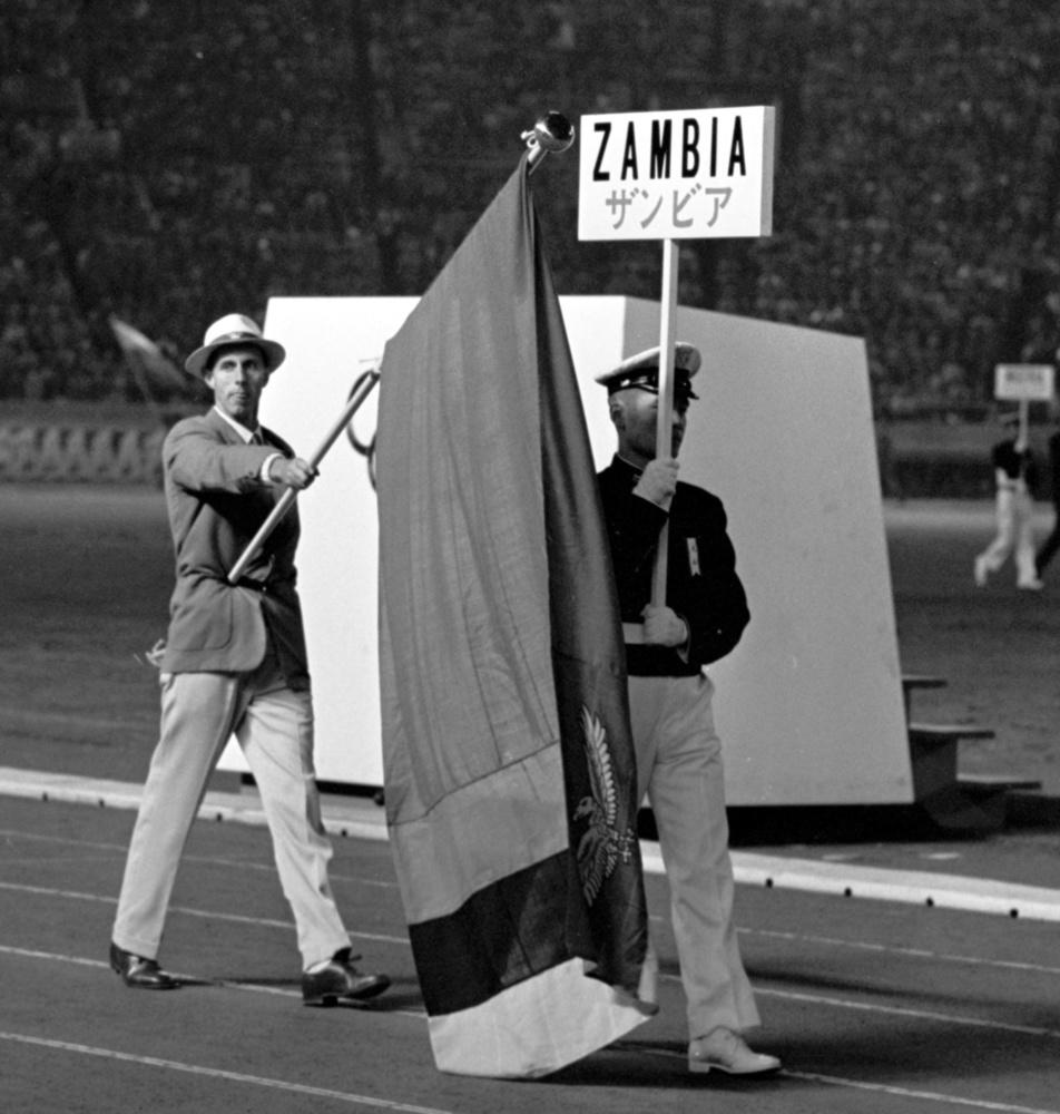1964年10月24日、閉会式に新国旗で入場するザンビア代表