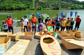 自作の段ボール艇で競技に出場した子どもら=坂出市府中町、府中湖カヌー競技場