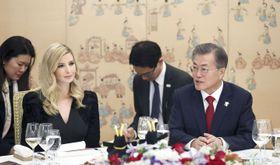 ソウルの大統領府で夕食会に臨む文在寅大統領(右)とトランプ米大統領の長女イバンカ大統領補佐官=23日(韓国大統領府提供・共同)