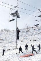 スキー客の救助訓練をする古志高原スキー場の従業員=11日、長岡市山古志竹沢