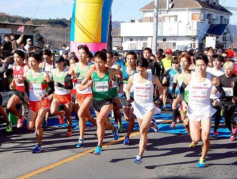 ハーフマラソンにオープン選手として参加、スタートする川内優輝選手(中央)=小川町小川