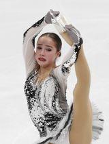 女子SPで演技するアリーナ・ザギトワ=モスクワ(ロイター=共同)