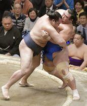 鶴竜(左)が寄り切りで琴奨菊を下す=両国国技館