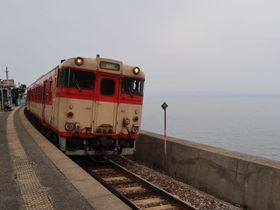 列車を降りて1枚。線路の向こうには海が広がる