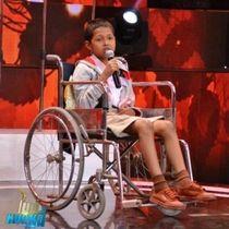 自らの病気の治療費で困窮する母親を助けるため、テレビ番組で歌うビッグ君(番組「MicModNee」のフェイスブックより)