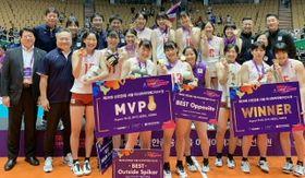 アジアナンバーワンになり笑顔を見せる日本代表選手たち。前列左から2人目が相原監督=韓国・ソウル
