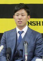 契約更改交渉後、記者会見する阪神の糸原=7日、兵庫県西宮市の球団事務所