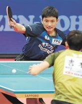 男子シングルス準々決勝で吉村(手前)を下し準決勝に進んだ張本