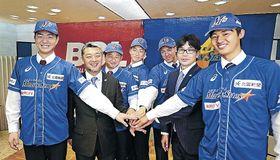 (左から)近藤選手、端保社長、伊藤、横山、永水の各選手、武田監督、内田選手=金沢市内のホテル
