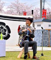 藤井聡太七段について語る師匠の杉本昌隆八段=天童市・舞鶴山山頂