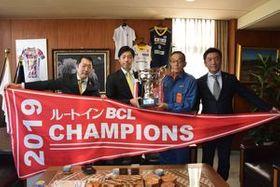 佐藤市長(中央右)を訪問した球団関係者