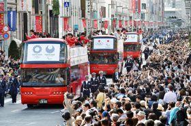 2016年10月、大勢の人が詰めかけたリオ五輪・パラリンピックのメダリスト合同パレード=東京都中央区