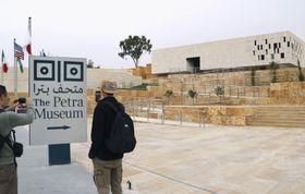 ペトラ遺跡の玄関口にある「ペトラ博物館」(右奥)=14日、ヨルダン南部(共同)